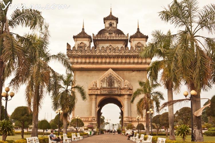 Главная и единственная достопримечательность Вьентьяна - Триумфальная арка Патусай.