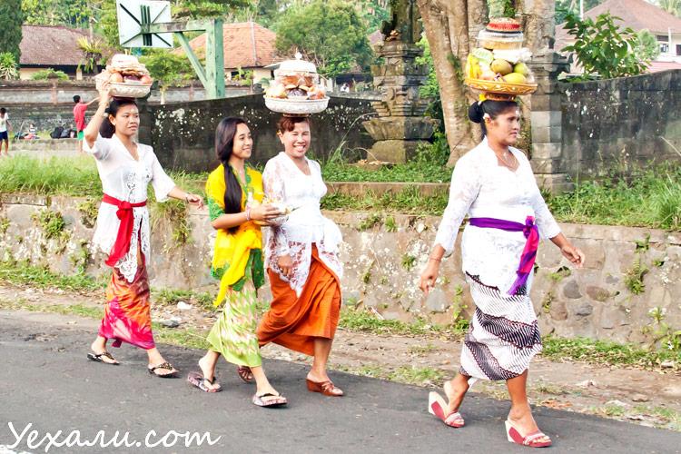 Балийцы в нациоональных костюмах, балийки, фото
