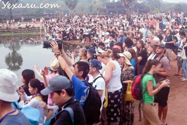 Туристы делают фото Ангкор Вата на рассвете
