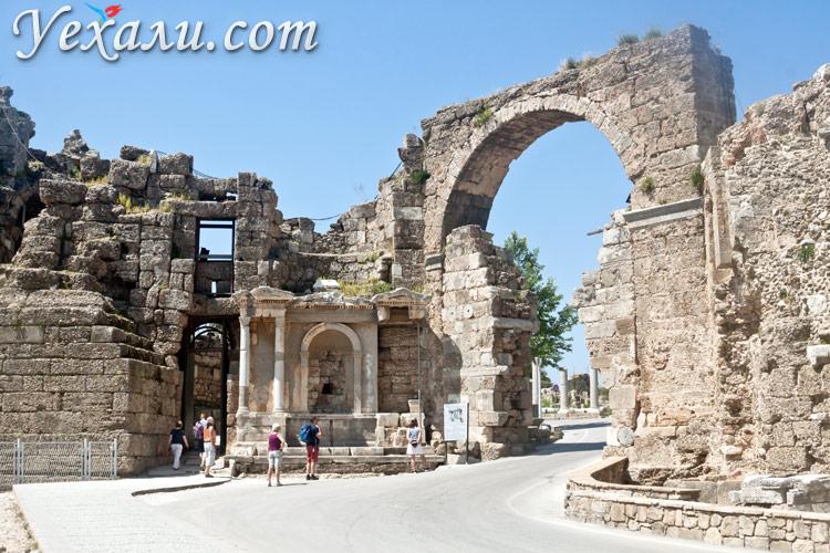 Достопримечательности Сиде, Турция. На фото: ворота Адриана.