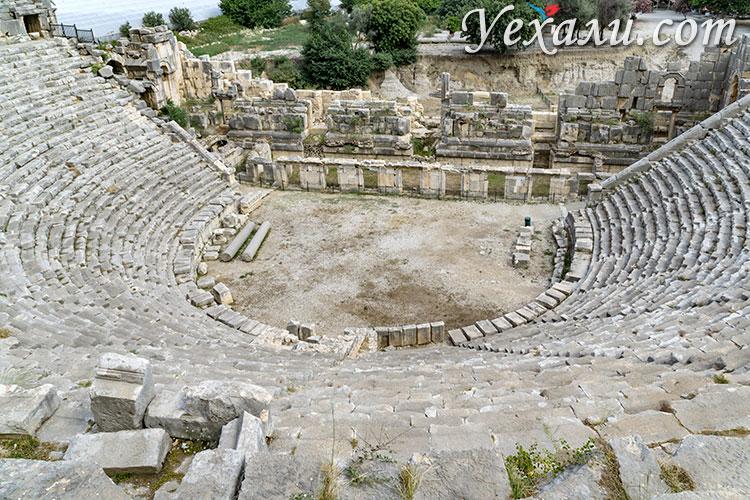 Древний город Демре Мира в Турции: амфитеатр.