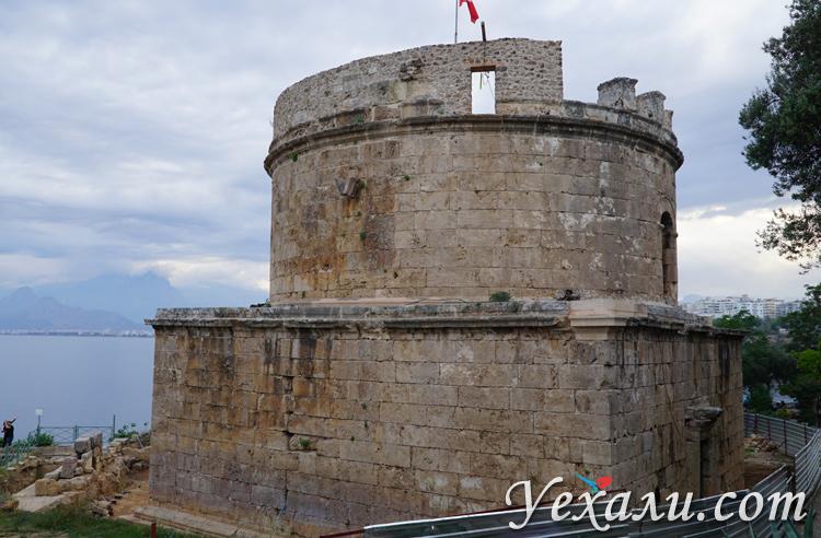 Башня Хыдырлык в старой Анталии