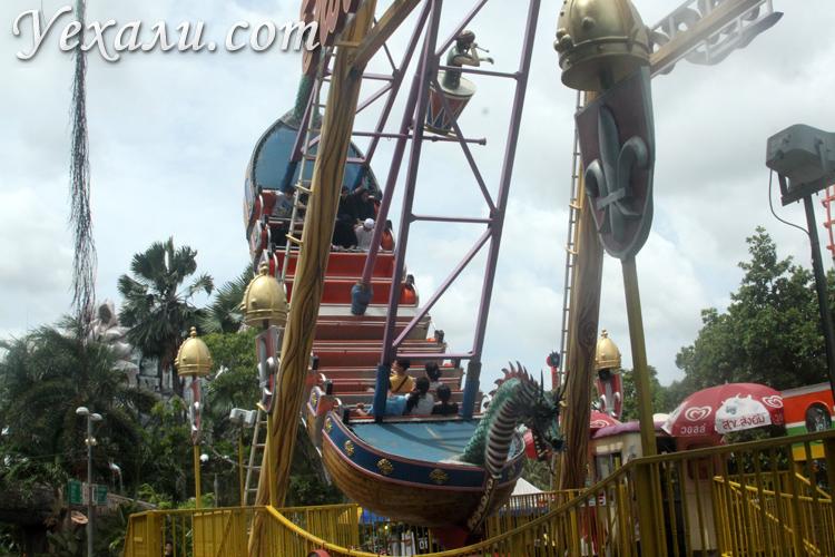 Карусели в Сиам Парке в Бангкоке