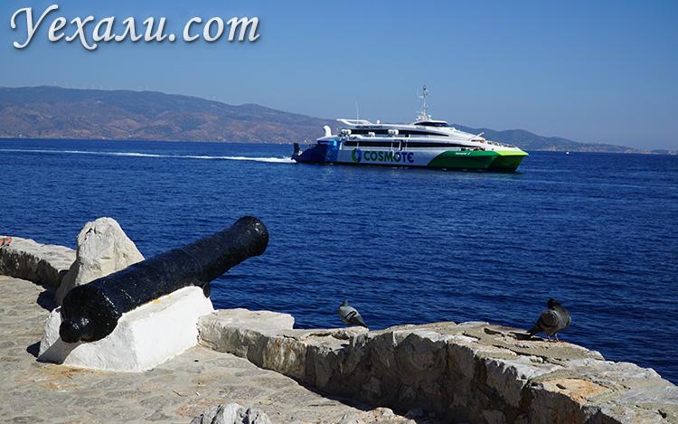 Фото парома, идущего на остров Идра