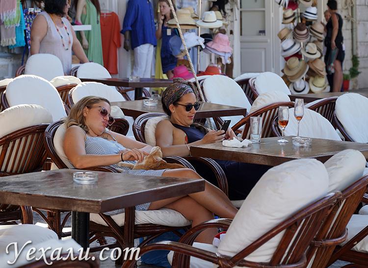 Фото кафе на набережной острова Идра