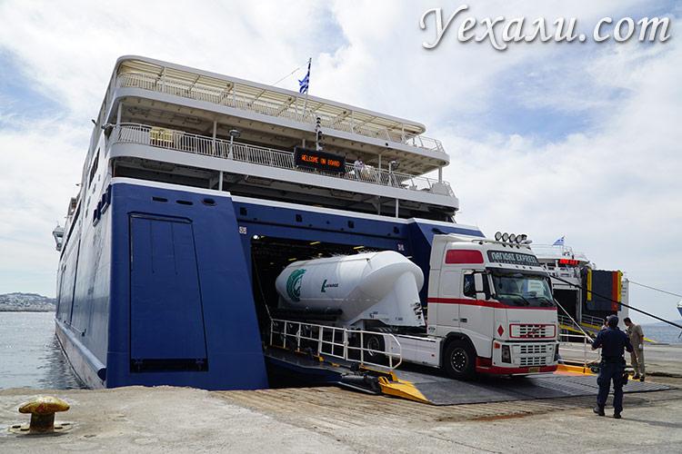 Греческие паромы способны перевозить грузовые автомобили.