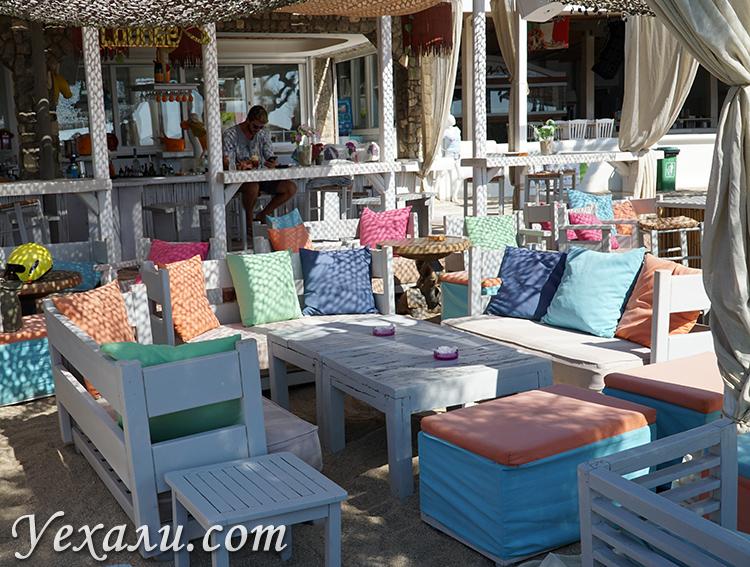 Кафе на пляже Парадайз на Миконосе Греция
