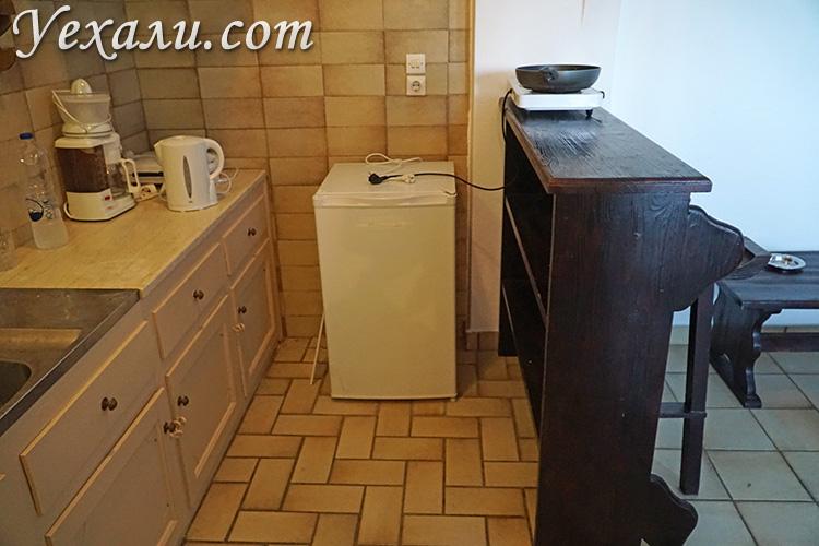 Холодильник и барный стол