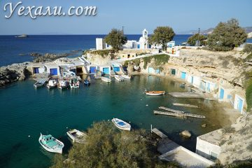 Путеводитель по острову Милос в Греции: рыбацкая деревня Мандракия.
