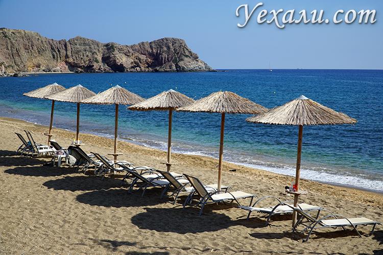 Лежаки на пляжа Палиохори.