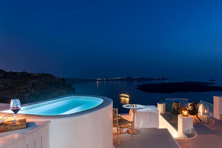 Лучшие отели Санторини (Греция) с видом на кальдеру вулкана: Cocoon Suites.