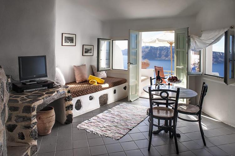 Лучшие отели Санторини с видом на кальдеру вулкана: Fanari Villas.