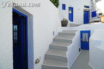 Самые красивые фото Фиры, Санторини, Греция: синие двери и ставни.