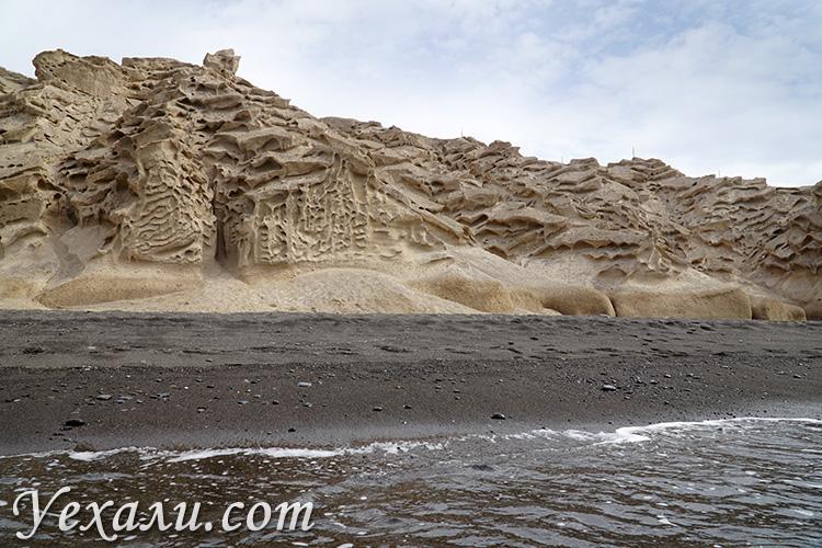 Чем заняться на Санторини: пляж с черным песком Влихада.