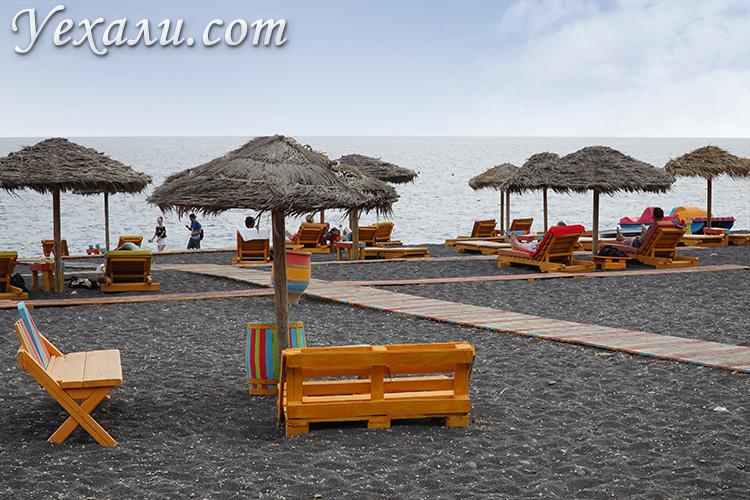 Пляжи Санторини с черным песком: Камари.