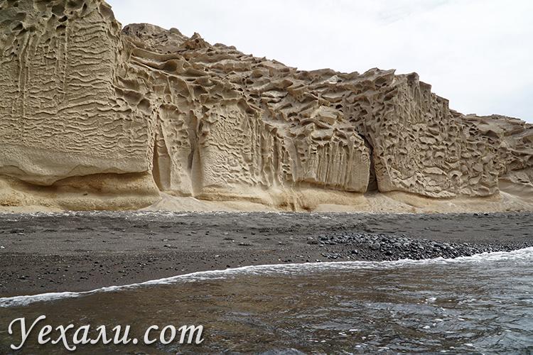 Нереальный пейзаж на пляже Влихада на острове Санторини