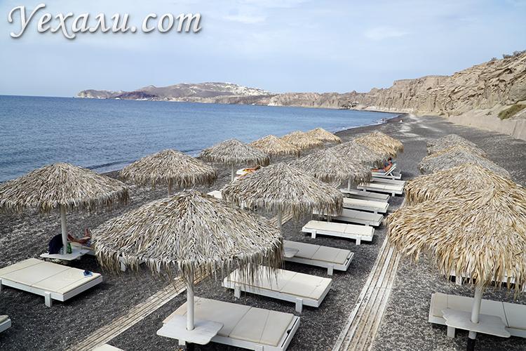 Лежаки на пляже Влихада на Санторини