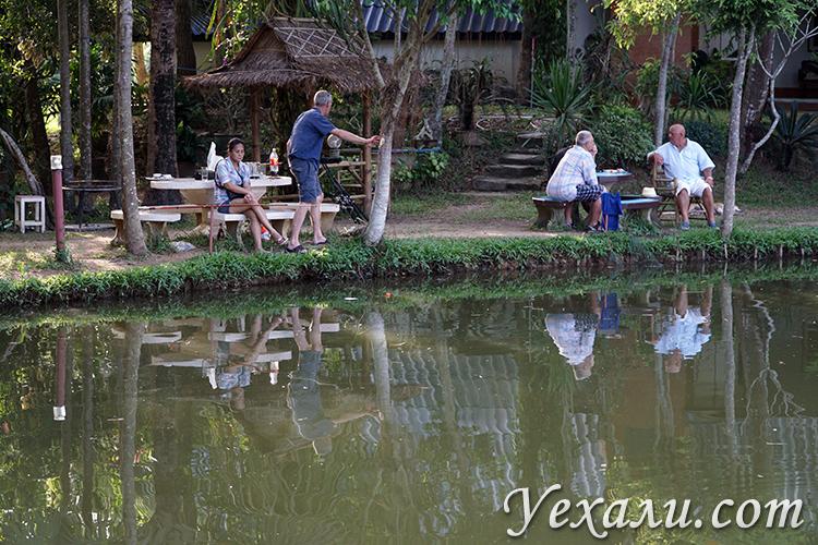 Мужики ловят рыбу в Паттайе