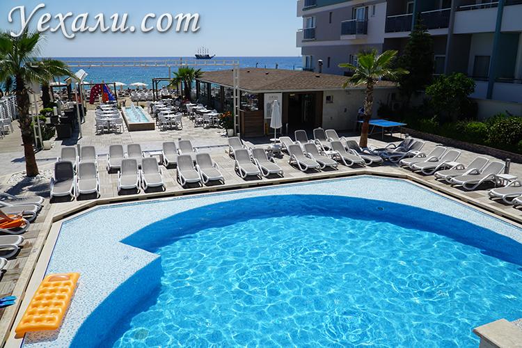Бассейн в отеле Xperia Saray Beach 4 звезды