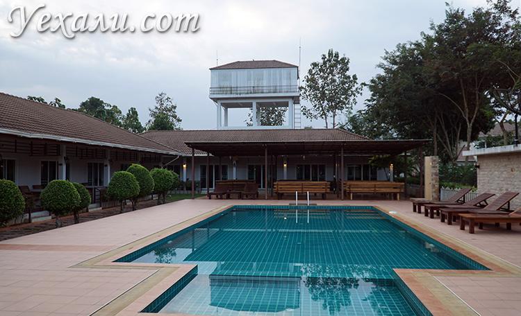 Бассейн в отеле на экскурсии на реку Квай