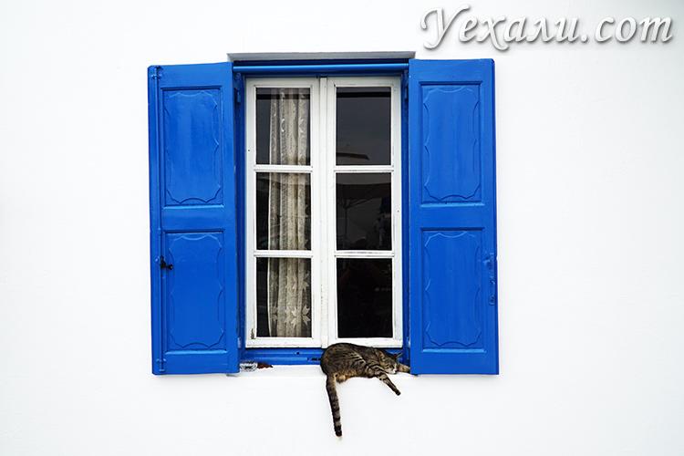 Миконос, окна с синими ставнями.