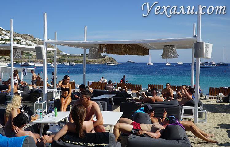 На фото: Миконос (Греция), пляж Орнос.