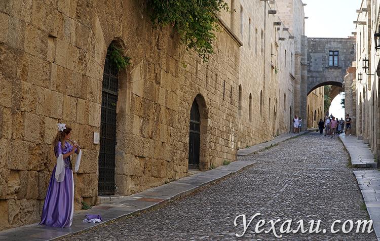 Главные достопримечательности города Родос в Греции: улица Рыцарей.