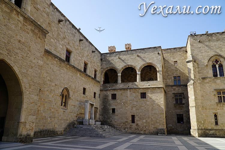 Самые красивые фото города Родос, Греция: Дворец Великих Магистров.