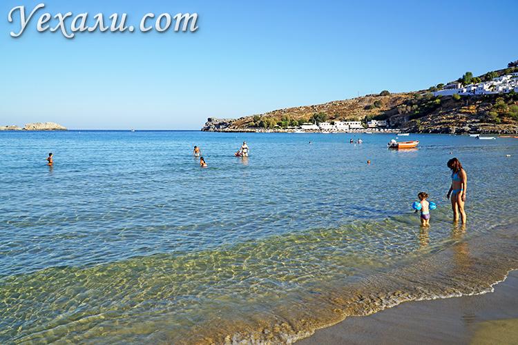 Лучшие пляжи острова Родос, Греция. На фото: пляж Линдос.