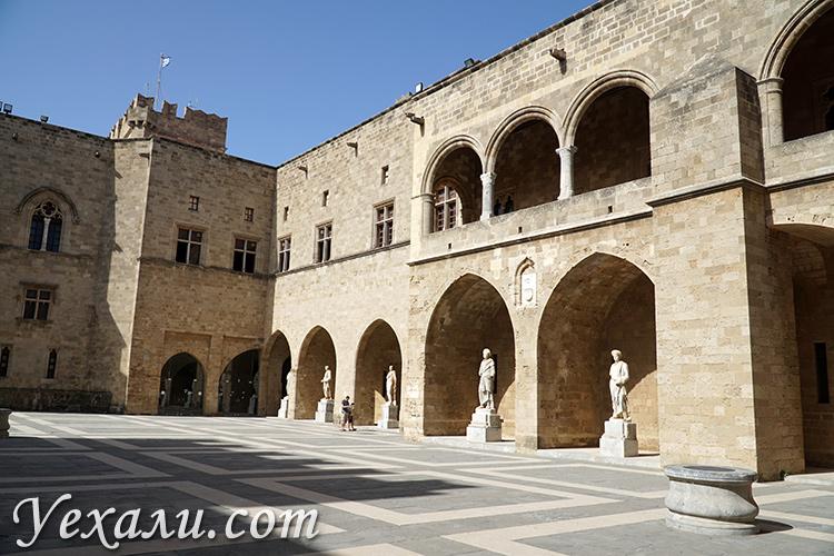 Достопримечательности Старого Города Родос, Греция. На фото: Дворец Великих Магистров.