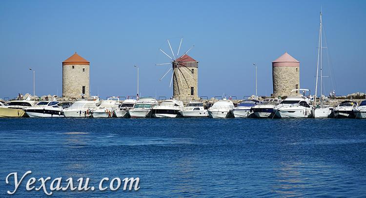 Старый город Родос (Греция), достопримечательности. На фото: мельницы в гавани Мандраки.