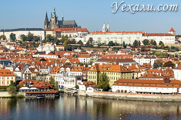 Панорамное фото Праги: Пражский Град, Собор святого Вита, Мала Страна и Влтава.
