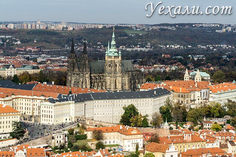 Основные достопримечательности Праги (Чехия). На фото: Пражский Град, фото сделано с Петршинской башни.