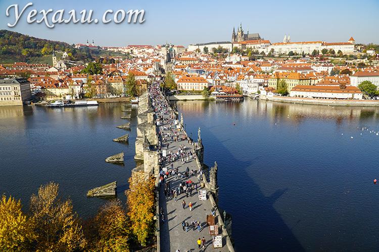 Панорамное фото Праги: Пражский Град, Карлов мост, Собор святого Вита, Мала Страна и Влтава.