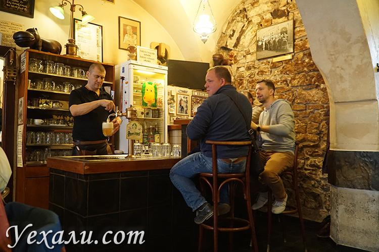 """Лучшие пивные бары в Праге, Чехия: """"У Бегемота"""" (""""У Гроха"""")."""