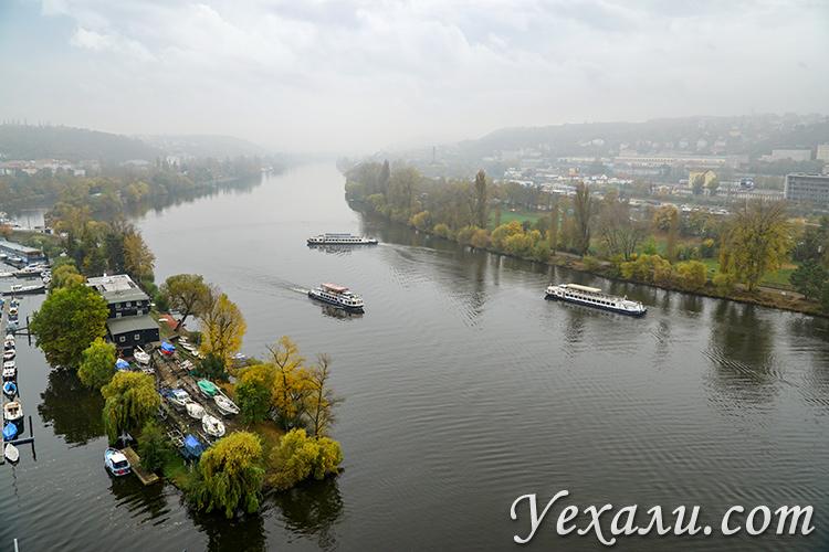 Вид на реку Влтаву с Вышеграда в Праге.