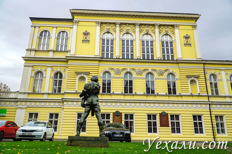 Достопримечательности Праги, фото и описание. На снимке: Дворец Жофин (Славянский остров).