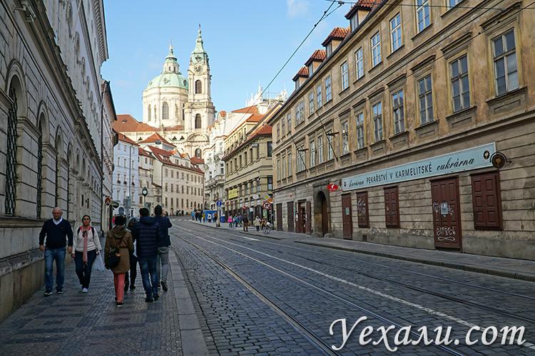 Улица Кармелитска, где находится ресторан У Фердинанда (Прага, Чехия).