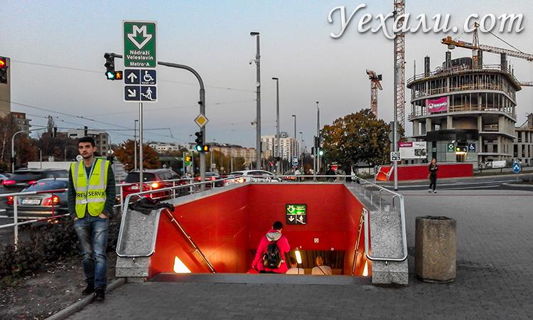 На фото: вход в пражское метро.