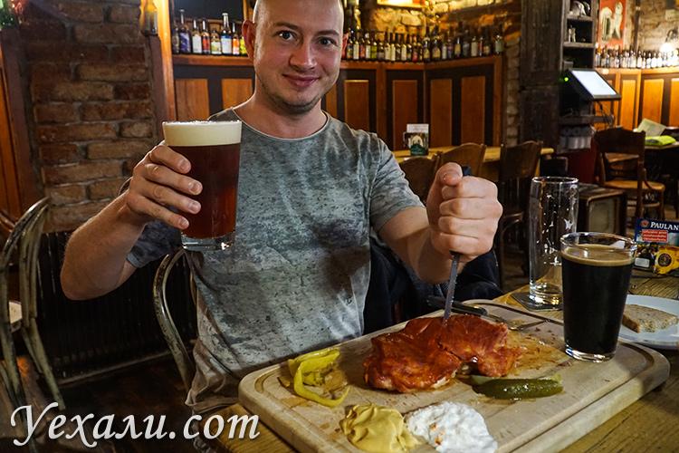 """На фото: ресторан """"Тяжелые времена"""" (""""Злы Часы""""), Прага, Чехия."""