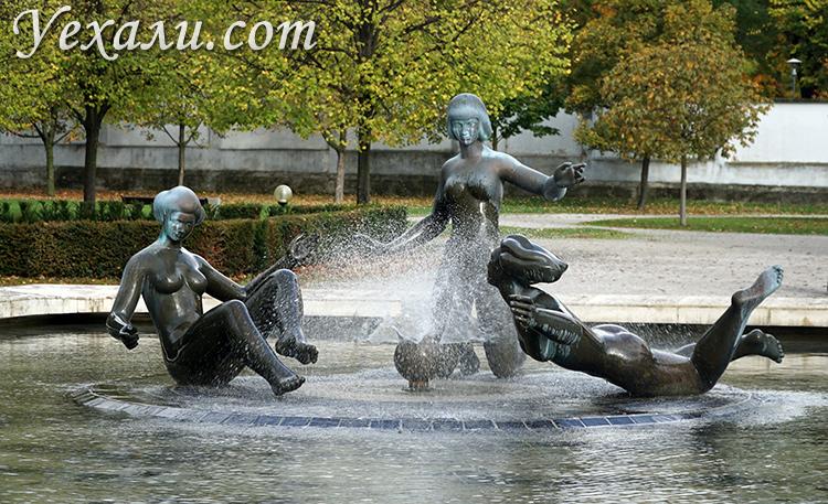 ТОП-10 достопримечательностей Братиславы (Словакия). На фото: памятник перед Президентским Дворцом.