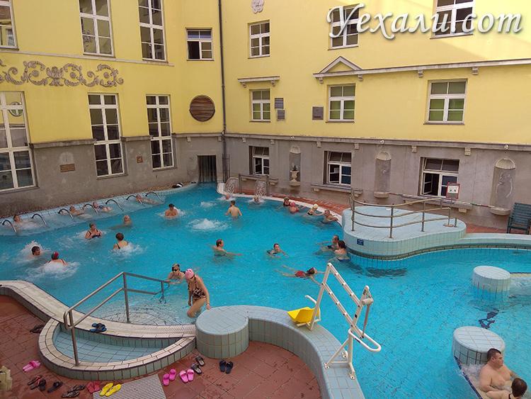 Открытый бассейн в купальне Лукач в Будапеште
