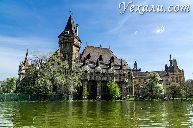 Путеводитель по Будапешту. На фото:замок Вайдахуняд в парке Варошлигет.