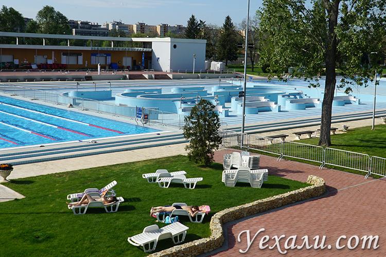 Какую выбрать купальню Будапешта? На фото: купальня Палатинус на острове Маргит.