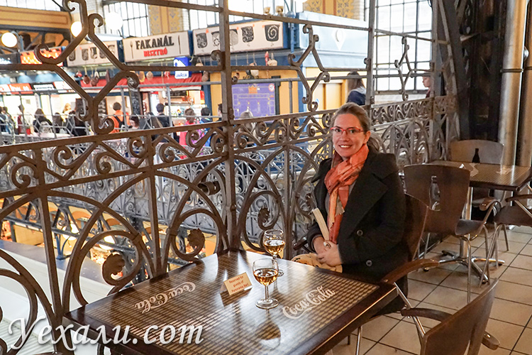 Что попробовать в Будапеште из еды и алкоголя. На фото: токайское вино.