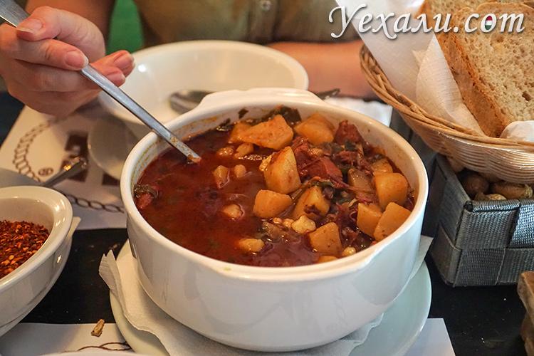 Что попробовать в Будапеште из венгерской еды? На фото: гуляш в ресторане For Sale Pub.