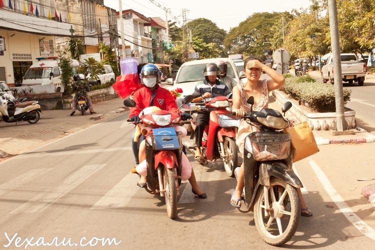 Девушки на мотобайках во Вьентьяне