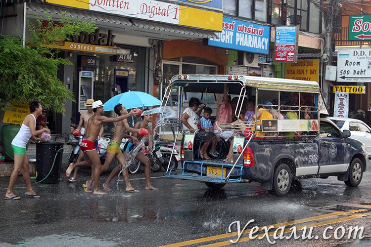 Пассажиров сонгтео обливают водой на Сонгкран тайский новый год в Паттайе