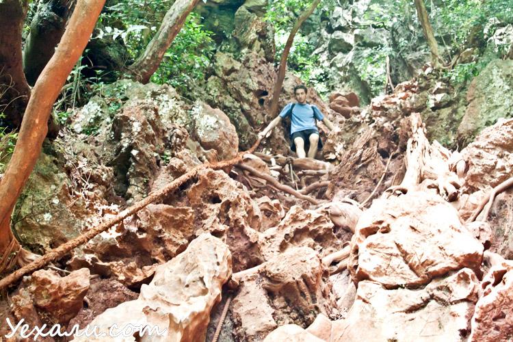 Чтобы сделать панорамное фото пляжей Краби, нужно карабкаться по грязной и скользкой отвесной скале. О чем и предупреждает табличка внизу.