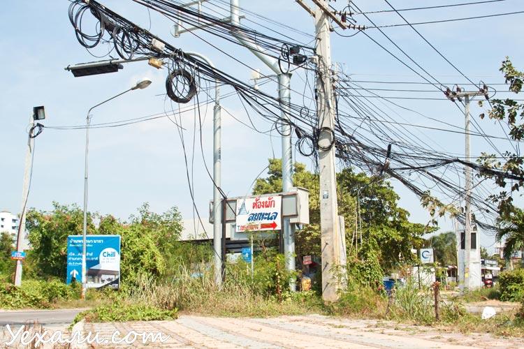 Где-то в этой ужасной паутине проводов теряется интернет в Таиланде.